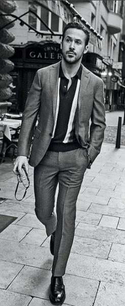 Photo représentant l'acteur Ryan Gosling portant un polo sous un costume Les Boomeurs