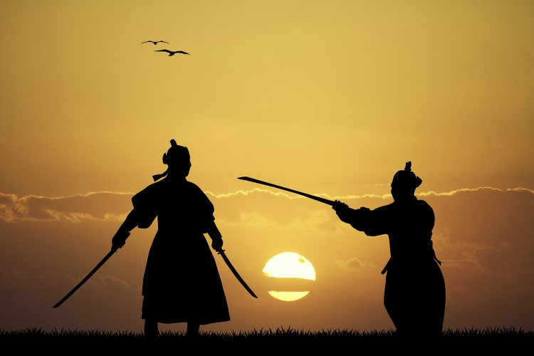 photo de samourai se battant au soleil couchant