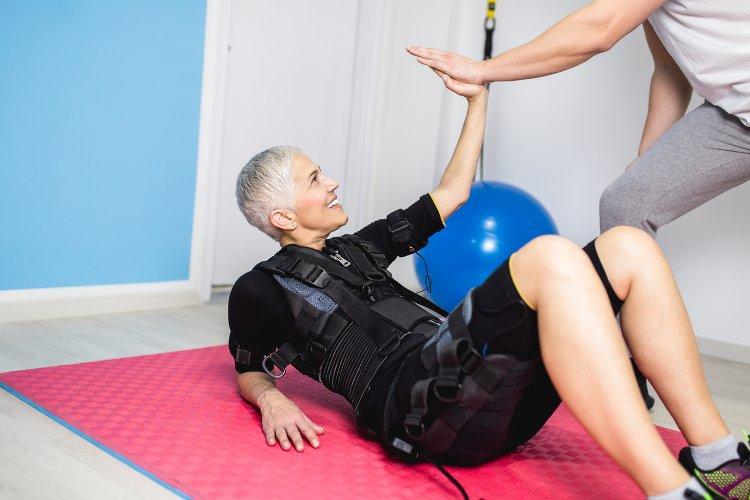 femme seniors faisant de la gym