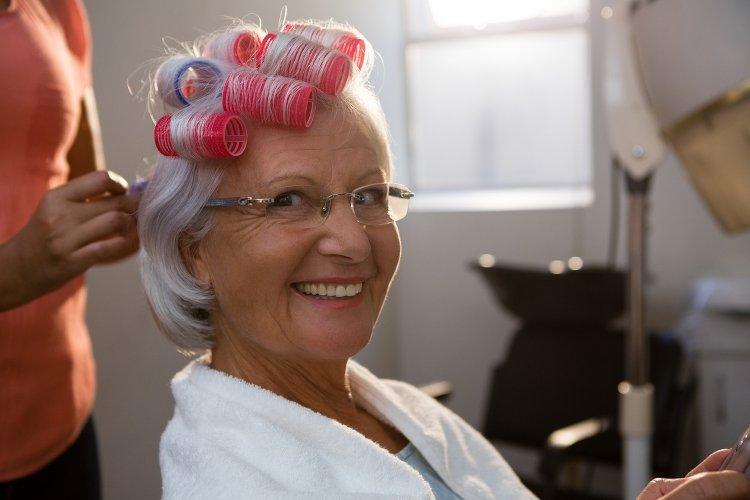 seniors se faisant coiffer