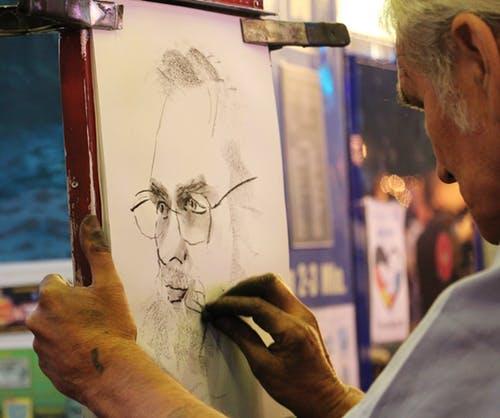 homme faisant du dessin