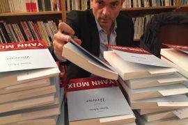 L'écrivain Yann Moix signant des livres Les Boomeurs