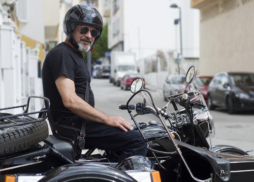 Photo représentant un homme de 50 ans sur une moto side-car Les Boomeurs