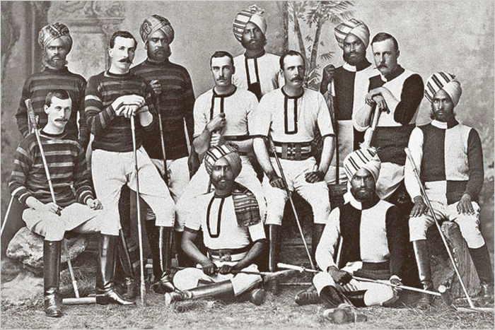Photo représentant une équipe de polo en Inde à la fin du 19ème siècle Les Boomeurs