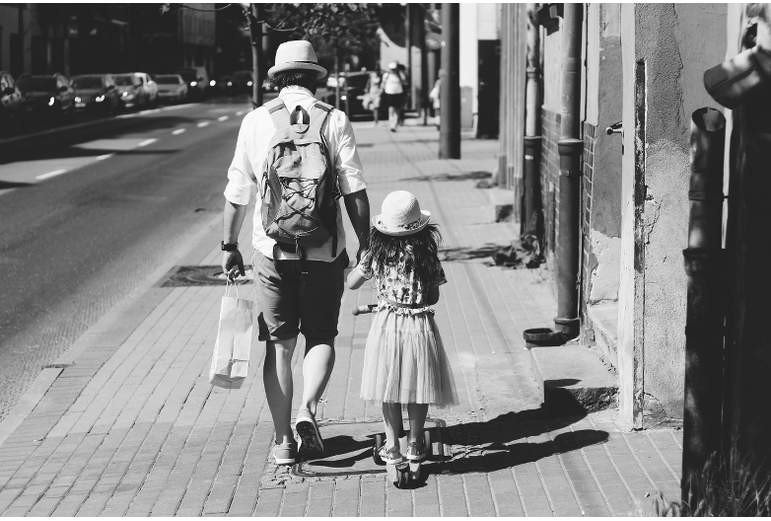 père et fille pour la fête des pères marchant de dos