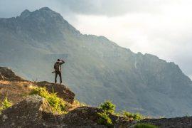 homme marchant en plein air à la montagne