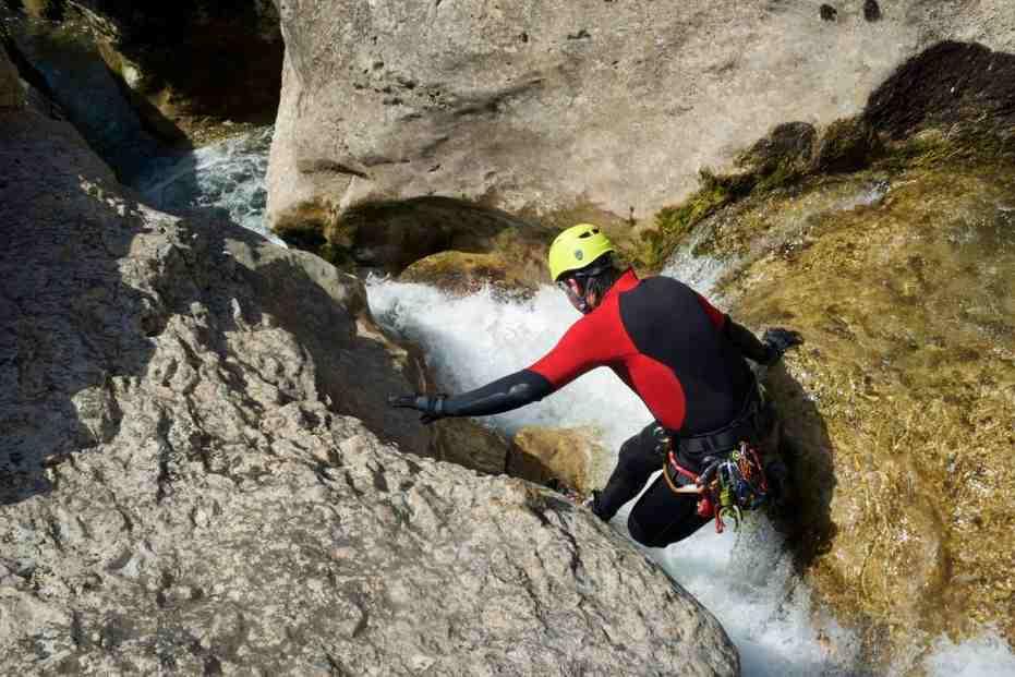 homme en train de faire du canyoning en plein air