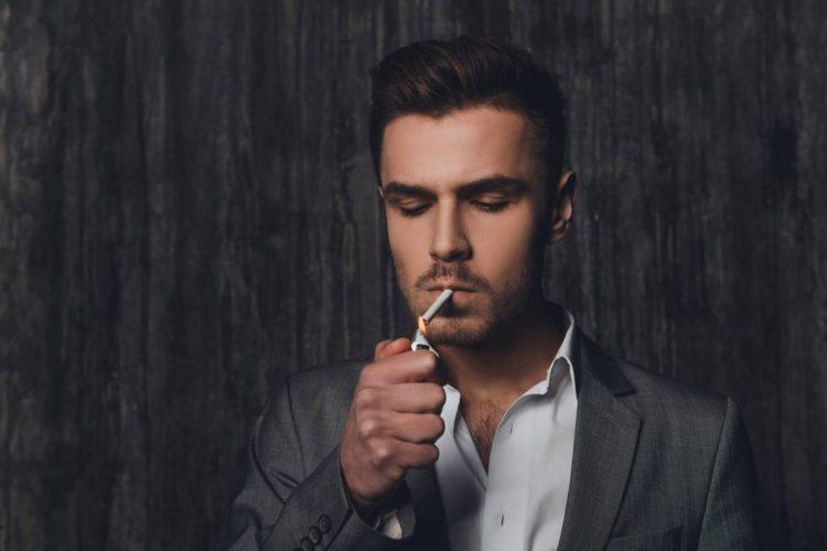 homme qui fume une cigarette