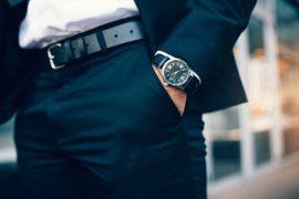 homme portant une ceinture
